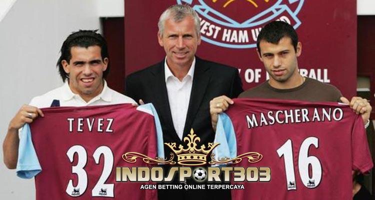 javier-mascherano-dan-carlos-tevez-saat-bergabung-dengan-west-ham-united-pada-musim-2007-indosport303